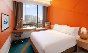 days-hotel-queen-bed-guestroom-park-view-mid-res